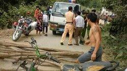 Dân mang gỗ ra đường chặn ô tô của CSGT để đòi lại xe vi phạm