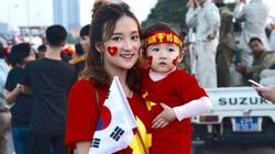 """Dàn """"hot-girl"""" rạng rỡ tiếp lửa ĐT Việt Nam đấu ĐT Thái Lan"""