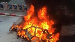 Xe Mercedes cháy trơ khung sau tai nạn ở Hà Nội, 1 người tử vong