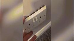 Anh: Ổ điện không hoạt động suốt 2 năm, gọi thợ đến sửa mới sửng sốt vì thứ nằm phía sau