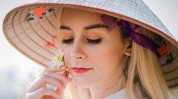 Ngắm thiếu nữ Tây áo dài nón lá đẹp tinh khôi giữa vườn cúc họa mi