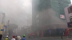 Khói đen bao trùm công trình xây dựng cao ốc ở trung tâm Sài Gòn