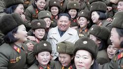Điều đặc biệt trong bức ảnh Kim Jong Un chụp cùng các nữ quân nhân Triều Tiên