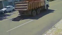 """Video: Xe tải """"đánh rơi hố tử thần"""", ô tô đi sau lĩnh đủ"""