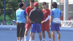 Đấu U22 Lào, U22 Việt Nam tập ở mặt sân như sân... quần vợt