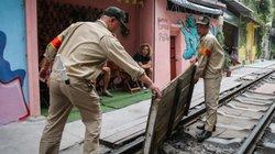 """Ảnh-clip: Lại một phố cà phê đường tàu ở Hà Nội nguy cơ bị """"khai tử"""""""
