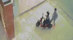 Clip: Thanh niên sàm sỡ nữ sinh trước cổng trường gây xôn xao