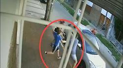 Video: Mẹ bị cướp, cậu bé làm điều bất ngờ với kẻ tấn công