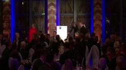 Video: Hết run bần bật khi tiếp khách, Thủ tướng Đức lại suýt ngã khi bước lên bục
