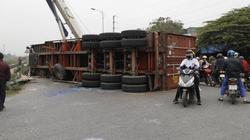 Xe container bị tàu hoả húc văng khi cố băng qua đường sắt ở Hà Nội