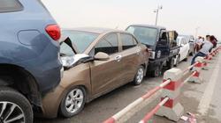 7 ô tô đâm nhau liên hoàn ở cầu Thanh Trì, đường ùn tắc nghiêm trọng