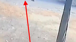 Nóng 24h qua: Giật mình với cảnh xe đưa rước bật cửa sau, học sinh rơi xuống quốc lộ