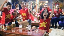 CĐV ở quê nhà vỡ òa vui sướng khi U22 Việt Nam thắng Indonesia 2-1