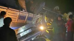 Kinh hoàng: Xe tải đè nát bươm xe con, 2 cha con mắc kẹt
