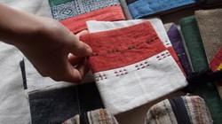 Phụ nữ Mông cao nguyên đá đổi đời nhờ nghề dệt lanh