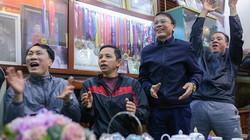 Cả nhà Quang Hải hò reo tưng bừng khi Việt Nam thắng Singapore 1-0