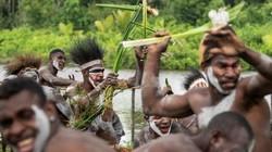 Ảnh hiếm về bộ lạc ăn thịt người ẩn sâu trong rừng rậm New Guinea