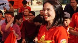 Hình ảnh cổ vũ U22 Việt Nam từ quê nhà: Từ lo lắng đến vỡ òa hò reo