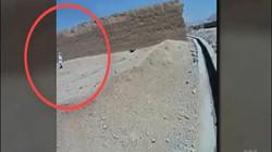 Video: Từ từ tiến đến chỗ người ngoại quốc, sát thủ nhí Afghanistan kích nổ bom tự sát