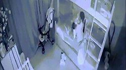 Phẫn nộ clip người giúp việc cầm chân bé 1 tuổi dốc ngược rồi ném xuống giường