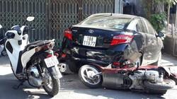 """Ô tô """"điên"""" tông hàng loạt xe máy làm 2 người bị thương"""