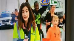 Video: Nữ phóng viên bị vỗ vào chỗ nhạy cảm ngay trên sóng trực tiếp