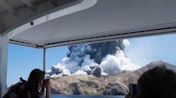 Du khách kể lại khoảnh khắc hãi hùng khi thoát khỏi miệng núi lửa phun trào trong gang tấc