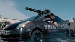 Sức mạnh kinh hoàng của súng máy 6 nòng gắn lên nóc xe Toyota Prius