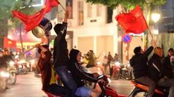 """Kèn, trống, xoong nồi và những màn cổ động độc đáo nhất đêm siêu bão mừng U22 Việt Nam đoạt """"vàng"""""""
