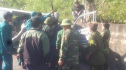 Ô tô 16 chỗ đâm vào vách núi, 8 người thương vong