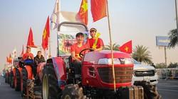 Người hâm mộ lái máy cày lên sân bay Nội Bài đón U22 Việt Nam