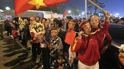 Tuyển nữ, U22 Việt Nam trở về trong vòng tay chào đón của gia đình