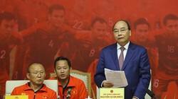Thủ tướng Nguyễn Xuân Phúc tiếp đón hai đội tuyển bóng đá Việt Nam