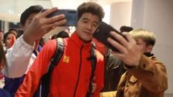 """Fan """"đột nhập"""" khách sạn chụp ảnh cùng thầy Park và tuyển thủ U22 Việt Nam"""