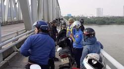 Để lại xe máy trên cầu, người đàn ông lao xuống sông tự tử