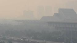 """Hà Nội: Giữa trưa, các tòa nhà """"biến mất"""" do lớp sương mù ô nhiễm"""