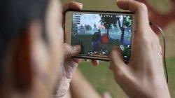 """""""Dán mắt"""" vào điện thoại chơi game, thanh niên tu sạch lọ hóa chất độc hại"""