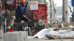 Hình ảnh nhiều vỉa hè ở Hà Nội bị xới tung để lát đá mới dịp cuối năm