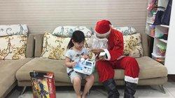 """""""Ông già Noel"""" gặp phải khó khăn gì khi đi trao quà?"""