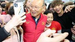 U23 Việt Nam tới Hàn Quốc: HLV Park Hang-seo bị 'vây kín' ở sân bay