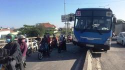 """Xe buýt """"trèo"""" dải phân cách trên cầu, hành khách khóc gào"""