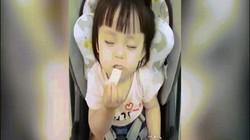 Clip: Vừa ăn vừa ngủ cực thần thái, cô bé khiến dân mạng phát sốt