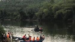 Lật thuyền trên sông, cha con bé gái 5 tuổi bị nước cuốn