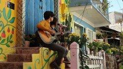 Du khách thích thú check-in bên những bức tranh tường tại Đà Lạt