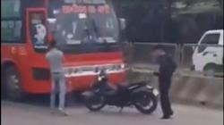 Hai thanh niên hung hãn truy đuổi, đập phá xe khách trên quốc lộ