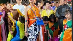 Hoàng Thùy Linh quấn 6 khăn Hermes thành yếm, đi giày G-Dragon trong Duyên âm