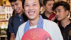 Dân mạng truyền tay loạt ảnh Hoài Linh mặc đồ bà ba, đi dép kẹp đến Q show 2 của Lệ Quyên