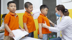 Những ý kiến trái chiều vụ thêm 21 vi chất vào sữa học đường