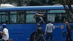 Sốc với clip nhóm người cầm hung khí bao vây, đập vỡ kính xe buýt ở Sài Gòn