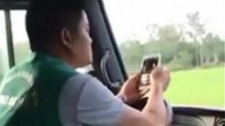 Nóng 24h qua: Vừa lái xe bằng khuỷu tay vừa lướt điện thoại, tài xế bị phạt bao nhiêu?